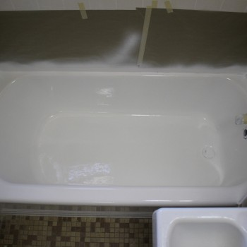 Commercially refinished tub at a Boston Housing Authority site after refinishing.